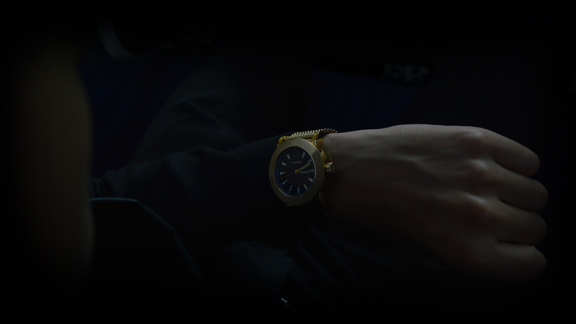 Kalonda - The Royal Gold Watch - looking at the watch